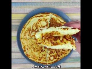 Вкусная, пышная сырная лепешка на завтракИнгредиенты:Кефир - 250 млЯйца - 2 шт.Сыр российский(можно любой) от - 150-200 г