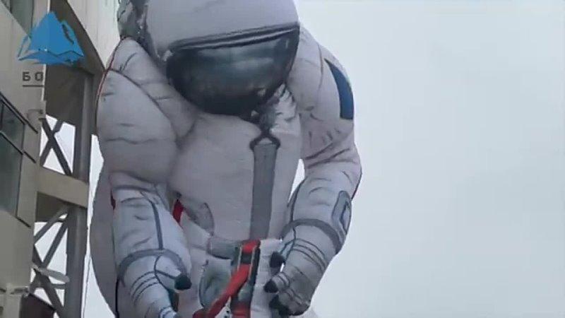 Видео дня Красноярск 17 метровую фигуру космонавта порвало ветром и она повисла на тро