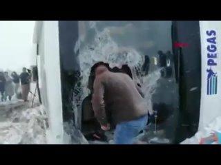 Эвакуация пассажиров из перевернувшегося автобуса