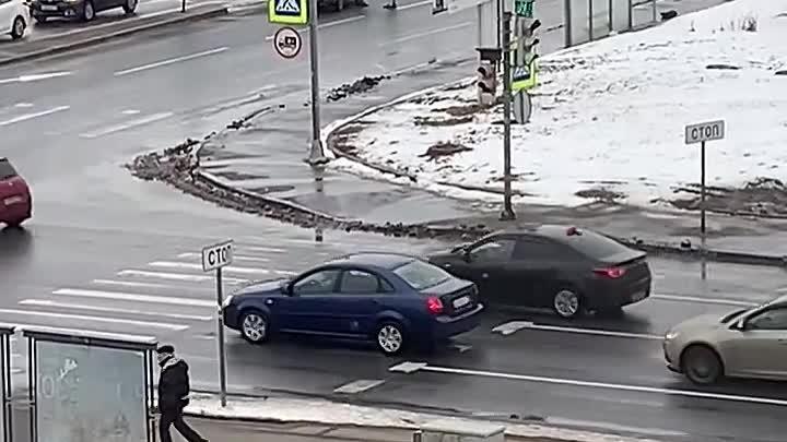 Машина высадила агрессивного молодого человека на дороге. Он обиделся и начал «мстить» всем автомоби...