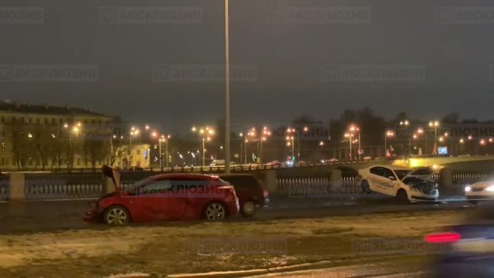 На Выборгской набережной столкнулись два автомобиля. Машину Ситимобила выбросило на тротуар.