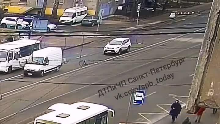 Водитель Соляриса не ожидал увидеть скорую слева от себя на трамвайных путях за сплошной на Торжков...