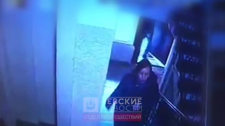 Вечером в Купчине за девушкой в парадную зашел наркоман и у лифта напал на неё. Жертва оказала д...