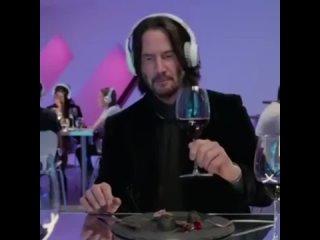 Киану Ривз пьёт вино и плачет