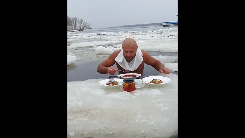 В Самаре морж пообедал борщом на льдине