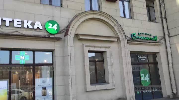 Рельефное украшение упало со здания № 167 по Московскому проспекту на малыша в коляске. Пострадав...