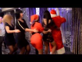 Девушки в трусиках с голыми попками танцуют на новый год 2020 в деревне Дед Моро - копия