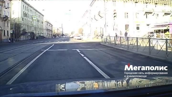 Минивен и кроссовер столкнулись на перекрёстке улицы Савушкина и Карельского переулка