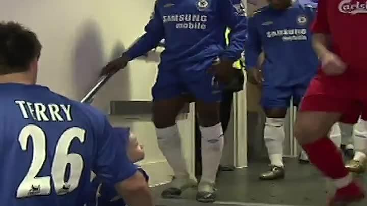 05.02.06 Челси принимал «Ливерпуль. Мальчик с синими волосами в футболке Челси подал руку СтивиДжи, а затем начал его дразнить.