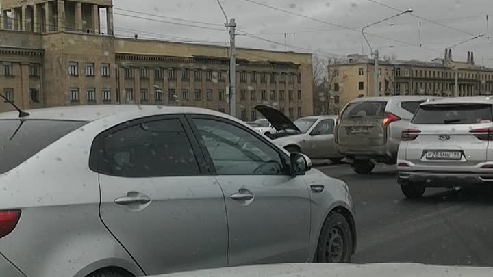 Авария в среднем ряду при въезде с набережной на мост Александра Невского. Чуть дальше авария на с...