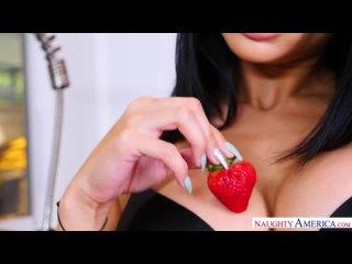 Сексуальная брюнетка в эротической одежде отдаётся мужу на кухне