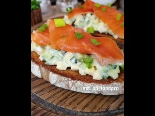 Бутербродик с салатом и рыбкой, очень вкусно и красиво