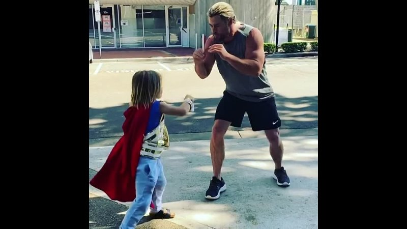 Крис Хэмсворт и его сын на съёмках Тор Любовь и гром