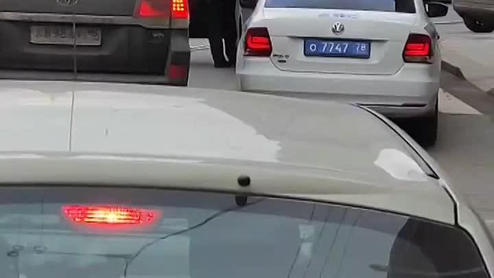 """Угол Садовой и Инженерной улиц, 15.33. У водителя """"Тойоты Камри"""" что-то пошло не так."""