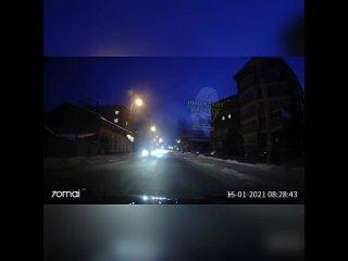 Момент падения яркого метеора в небе над Иркутском
