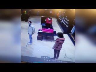 "(18+) В Екатеринбурге директор сети ""Nike"" ударила продавца из-за кроссовок"