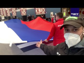 Болельщики встретили сборную по фигурному катанию в Шереметьево с огромным флагом России