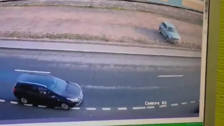 На Магнитогорской один заезжал на парковку, другой сдавал задом. Кто прав?