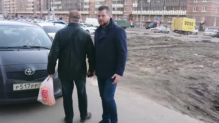 В Мурине на Воронцовском бульваре 20 мужчина отстаивал право на езду по тротуару его спутницы и треб...