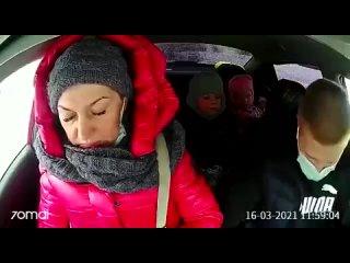 Женщина с тремя детьми прокляла таксиста. Жалко таксиста.Ну и тварь эта яж мать