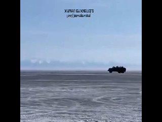 На Байкале грузовик эпично провалился под лед. А все потому, что на дворе весна и лед уже слишком тонкий. К счастью, никто не