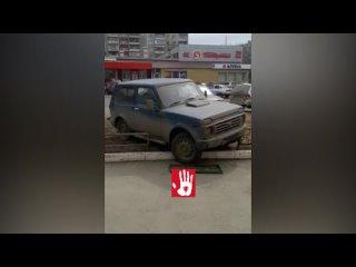 Автомобиль без водителя снес забор и едва не задавил пешеходов