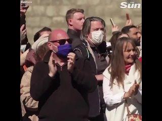Сразу после минуты молчания во время похорон принца Филиппа полуголая англичанка