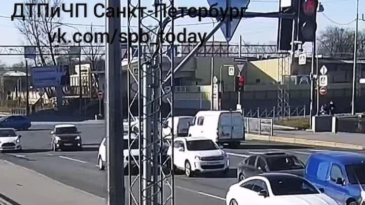 Мотоциклист на набережной Обводного канала испугался поворачивающего на красный с Атаманского моста...