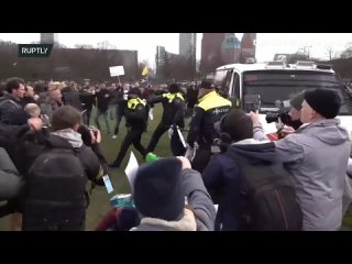 Угњетавање народа у Холандији 🤬👲🏻🇳🇱 La police se défoule sur un manifestant à La Haye aux Pays-Bas