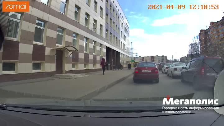 Перед этой машиной тасишка медленно сдавала назад, а водитель Шкоды не собирался двигаться. Все зако...