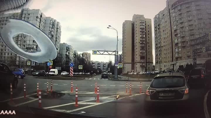 Volvo отправил в припаркованный автомобиль на съезде с ЗСД на Морскую набережную 16:40. Осторожно, ...