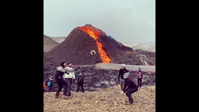 Исландские волейболисты сыграли возле извергающегося вулкана