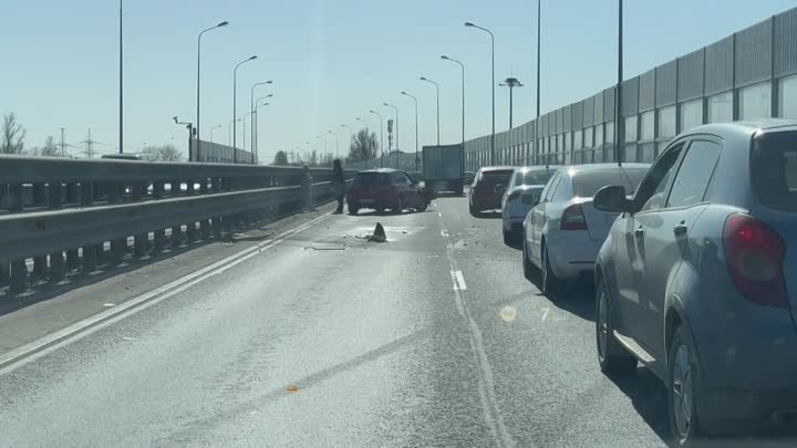 Mazda зацепила отбойник на Рябовском шоссе и ее начало кидать от одной стороны в другую, в сторону г...