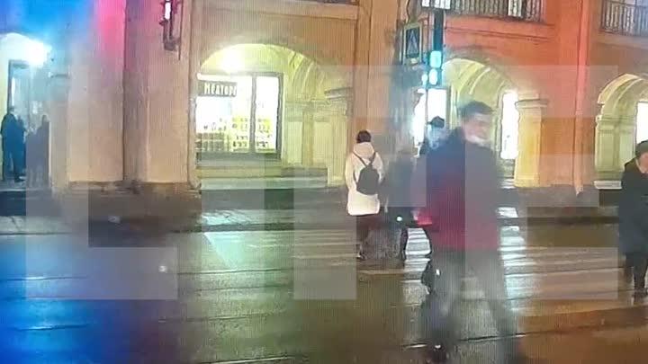 Электрокабель на Садовой у Гостинки загорелся прямо под ногами пешеходов, переходивших дорогу. Сейч...
