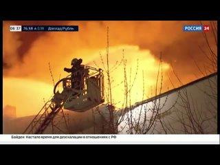 В Москве на горящем складе обрушилась крыша - Россия 24