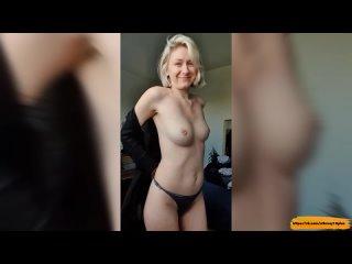 Красивая девочка показывает свою грудь и попку