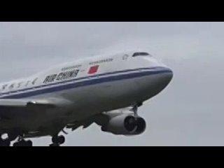 Почему при взлете самолета на борту приглушается свет? Это делается для того, чтобы глаза пассажиров привыкли к темноте, причем