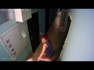 В Новосибирске мужик избил соседку, которая отказалась продавать ему свою квартиру