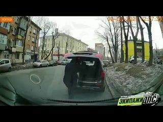 Владивостокский чиновник выбросил канистру посреди улицы и уехал дальше по делам