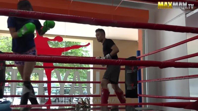 Малазийская девушка- проф. боец муай- тай (тайский бокс) и тренер в зале.(розыгрыш)