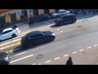 """В Питере на Владимирском проспекте вояка, находясь за рулем кроссовера """"Фольксваген"""", сбил парня, который переходил дорогу по зе"""