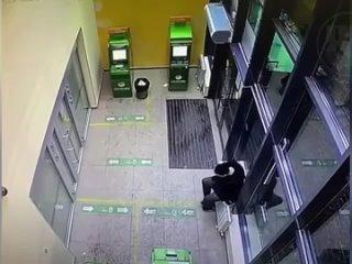 Мужчина сломал батарею в банке и залил всё кипятком