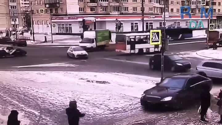 Около дома 78 по проспекту Ветеранов произошла драка между пешеходом и водителем черного Мерседеса,...