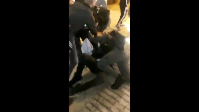 Вчера вечером в оккупированном Иерусалиме оккупационные боевики избили и арестовали отца на глазах у сына
