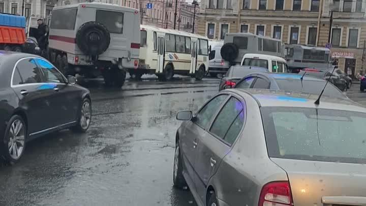 У Московского вокзала стоит 10 омоновских машин,пару машин скорой помощи и в районе 10 уборочных маш...
