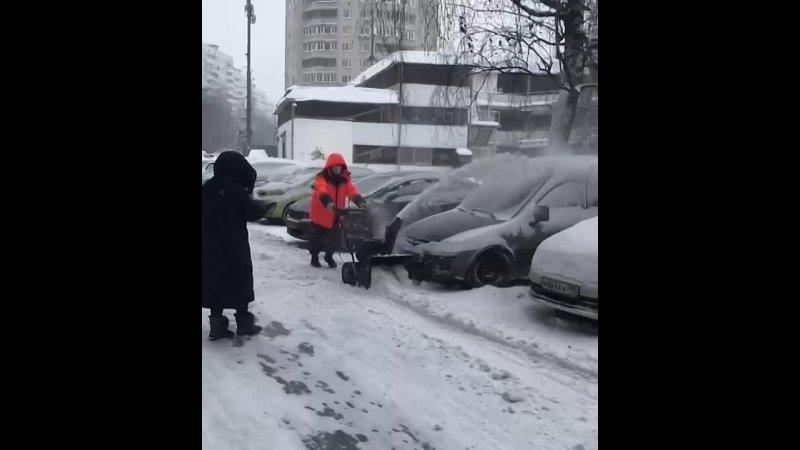 Чистит снег на машины