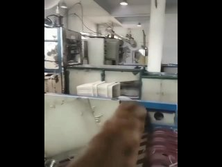 Небольшое производство пластиковых стаканчиков в Китае.