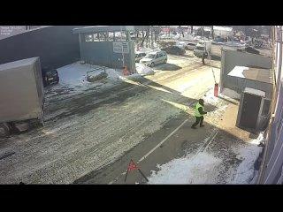 Работяга в последний момент спас своего коллегу от смерти, вытащив того из будки, куда мгновением позже врезался грузовик.
