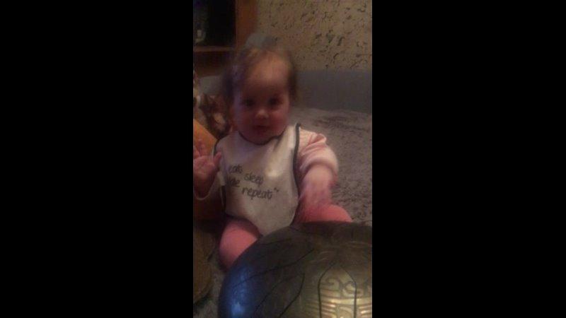 Амелия Юхно пробует играть на глюкофоне