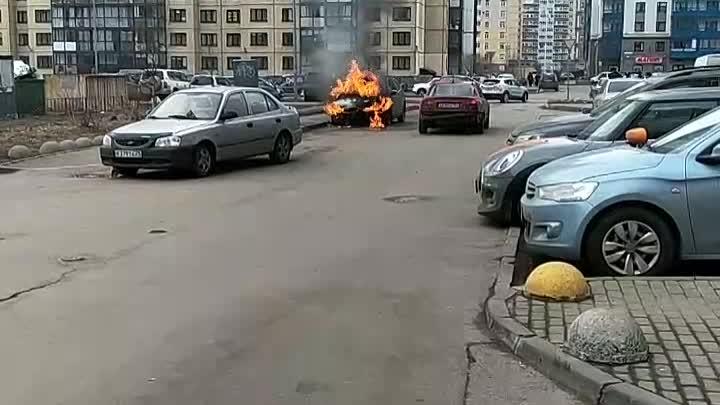 На проспекте Кузнецова во дворе дома 14к1 загорелась машина . Собираются зеваки .
